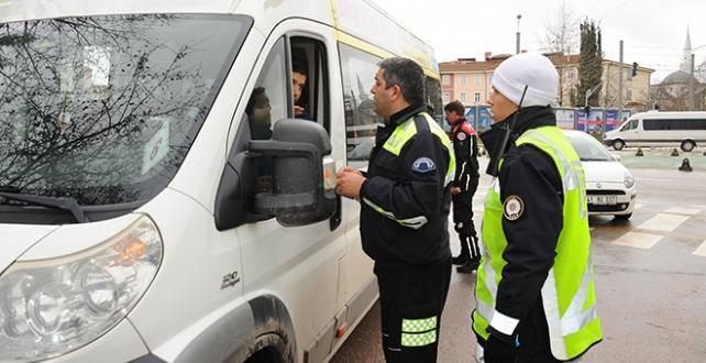 Ülke genelindeki okul çevreleri ile servis araçlarında yapılan denetimlerde bin 733 araç ve sürücüsüne ceza kesildi