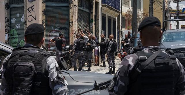 Brezilya'nın Rio de Janeiro kentinde kaçakçısı olduğundan şüphelenilen 13 kişi öldürüldü