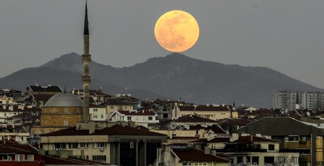"""""""Süper Ay"""" Türkiye'nin farklı şehirlerinden gözlemlendi"""