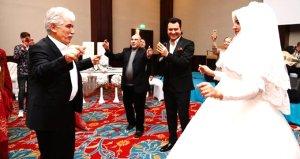 Türkücü Murat Kurşun,Babasının düğününde şarkı söyleyerek halay çekti