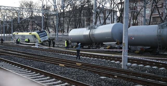 Ankara'da akaryakıt taşıyan yük treninin raydan çıkması sonucu demir yolu ulaşıma kapandı