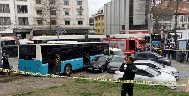 Fatih'te bir halk otobüsünün yaya yoluna girmesi sonucu 3 kişi yaralandı. Kaza anı kameralara yansıdı