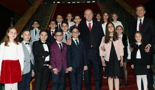 Cumhurbaşkanı Recep Tayyip Erdoğan, Kuva-yi Milliye Ortaokulu 6'ncı sınıf öğrencisi Ozan Sözeyataroğlu'na devretti