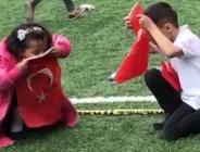 Çocukların Türk bayrağına olan sevgisi kameraya yansıdı