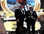 Sanatçı Abdurrahman Delen 'Yılın En iyi Türk Halk Müziği Sanatçısı ' Ödülünü aldı