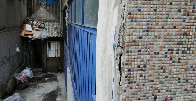 Esenler'de bulunan bir binanın kolonlarında çatlamalar ve dökülmeler meydana geldi. Binada 15 daire ve 1 dükkan boşaltıldı