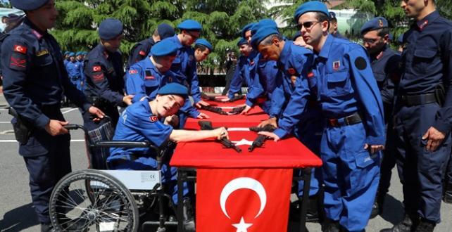 """Engelli vatandaşlar """"Temsili Askerlik Uygulaması"""" kapsamında düzenlenen törenle bir günlüğüne asker oldu"""