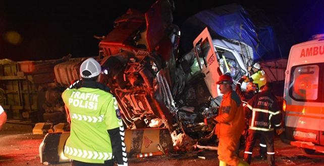Kırıkkale'de tır, kamyon ve minibüsün karıştığı trafik kazasında ilk belirlemelere göre 2 kişi öldü