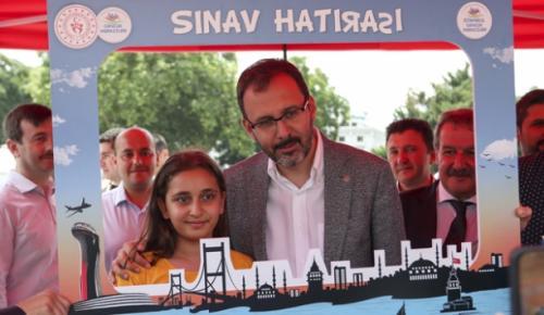 Gençlik ve Spor Bakanı Kasapoğlu, YKS'ye giren öğrenci ve velileriyle bir araya geldi