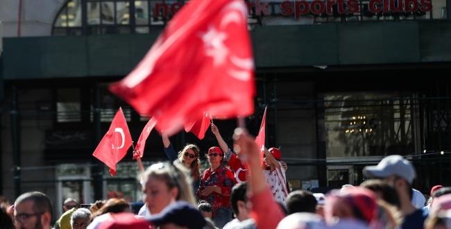 """""""New York'ta bu yaz her yer kırmızı beyaz"""" , Amerika Türk Günü Brooklyn Belediyesi önünde yapıldı"""