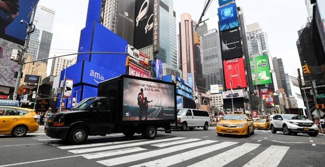 New York'taki Times Meydanı'nda dolaşan dijital ekranlı kamyonetteki görsellerle, 15 Temmuz darbe girişimi, ABD'lilere ve turistlere anlatıldı