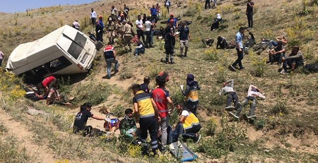 Van'da, düzensiz göçmenleri taşıyan minibüsün şarampole devrilmesi sonucu 15 kişi hayatını kaybetti