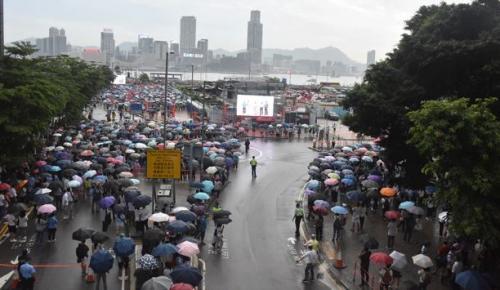 Çin'in Hong Kong Özel İdari Bölgesi'nde hükümet yanlıları, polis karşıtlığını protesto etti