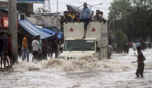 Hindistan'ın çeşitli kesimlerinde etkili olan yağışların yol açtığı sellerde 350 ölü