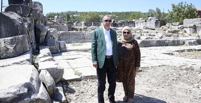 Cumhurbaşkanı Erdoğan ve eşi Emine Erdoğan, Stratonikeia Antik Kenti ve çevresindeki tarihi yerleri ziyaret etti