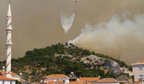 İzmir'in Karabağlar ilçesinde dün başlayan yangın Menderes ve Seferihisar ilçelerine de sıçradı