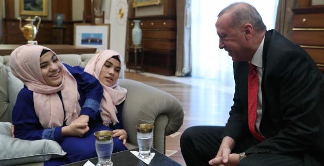 Cumhurbaşkanı Erdoğan ve eşi Emine Erdoğan, siyam ikizleri Sema ve Ayşe Tanrıkulu ile bir araya geldi