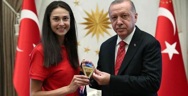 Cumhurbaşkanı Erdoğan, iki kez dünya şampiyonu olan ilk Türk kadın tekvandocu İrem Yaman'ı kabul etti