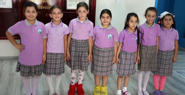 kapılarını açan Yılmazköy İlkokulu'na gelen öğrenciler, ayakkabılarını çıkararak derse girdi