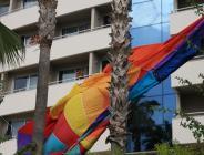 paraşütünün halatının kopması sonucu rüzgarla havada savrulan Rus turistler, bir otelin palmiyelerine takıldı
