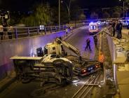 Başkentte bariyerlere çarpan kamyonetin alt geçide düşmesi sonucu 2 kişi yaralandı