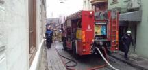 İstanbul Fatih'te bulunan 4 katlı ahşap bina yangın sonucu yıkıldı