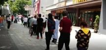 Wuhan kentinde halk, koronavirüs Testi için kuyrukta
