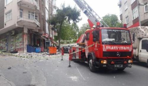 İstanbul'da 5 katlı binanın çatısı çöktü