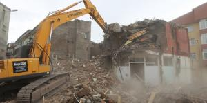 Erzurum'un Yakutiye ilçesinde, riskli 10 eski binada yıkım yapılıyor