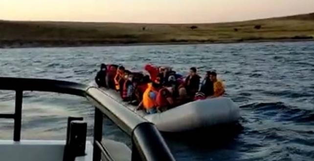 Türk kara sularına geri itilen 44 yabancı uyrukluyu kurtardı