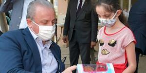 Şentop, çocuklara bayram harçlığı ve hediyeler verdi