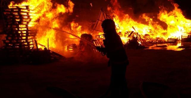 Kocaeli'nin Gebze ilçesinde bir ahşap palet fabrikasında yangın