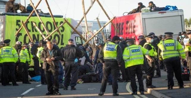 İngiltere'de eylemciler bazı gazetelerin dağıtılmasını engelledi