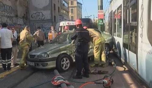 Beyoğlu'nda tramvayla otomobil çarpıştı
