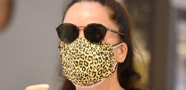 Azra Akın'dan çift maske
