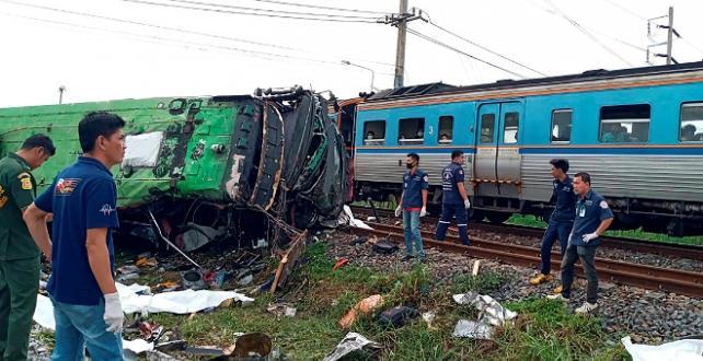 Tayland'da tren, otobüse çarptı: 17 ölü