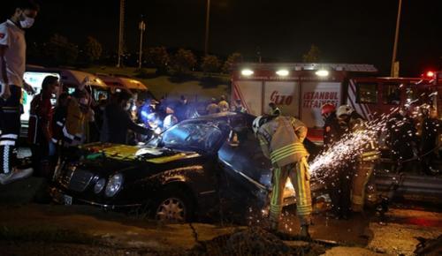 Kartal'da otomobilin bariyerlere çarpması sonucu 2 kişi yaralandı