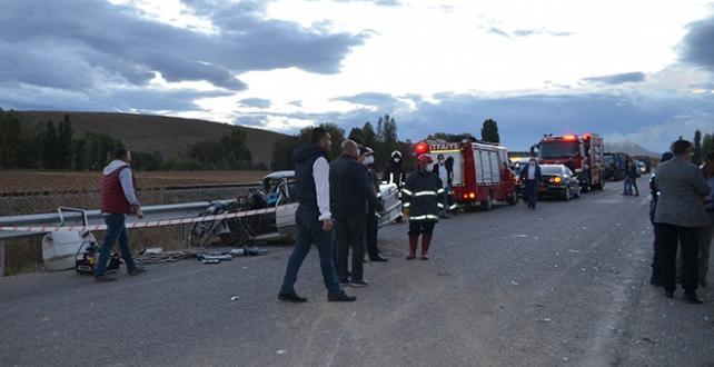 Konya'da minibüs ile otomobil çarpıştı: 1 ölü, 15 yaralı