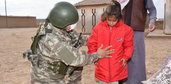 Mehmetçik çocuklara gıda ve kıyafet yardımı yaptı!
