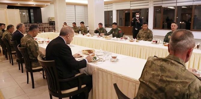 Erdoğan, iftarda askerlerle bir araya geldi